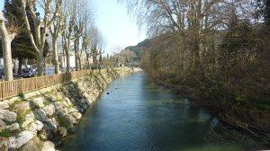 Le pont qui relie les deux rives au départ du village.