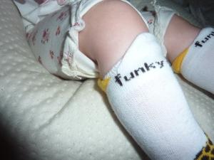 La petite découpe sur les chaussettes funky.