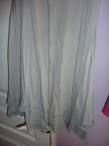 La belle tenue froissée du tissu.
