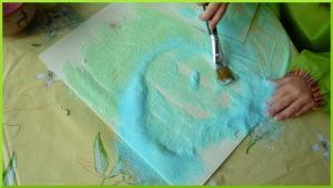 Dessiner avec du sel coloré sur de la colle.