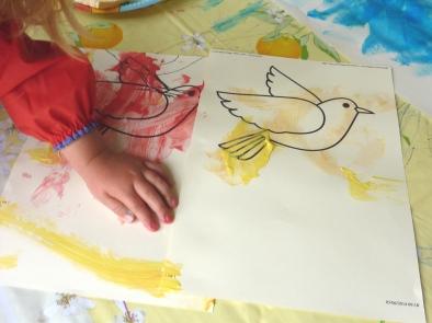 Peindre des oiseaux et les coller ensuite dans le ciel.