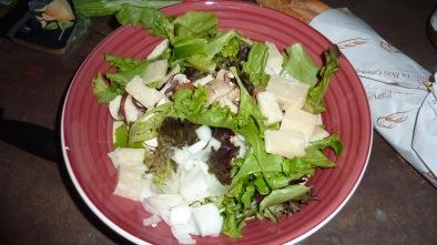 Salade fraiche d'été aux jeunes pousses d'épinards et parmesan.