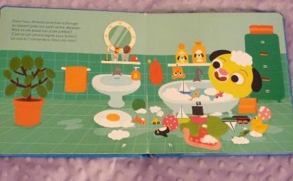 Dans son bain avec son canard.
