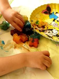 Dessiner avec des glaçons colorés (colorant alimentaire).